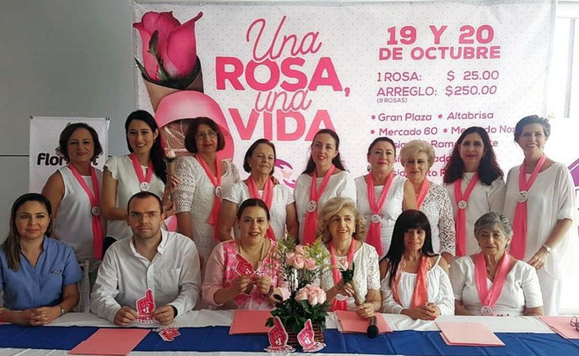 """Integrantes de la Amycc presentaron ayer en rueda de prensa la campaña """"Una Rosa, una Vida"""". (Novedades Yucatán)"""
