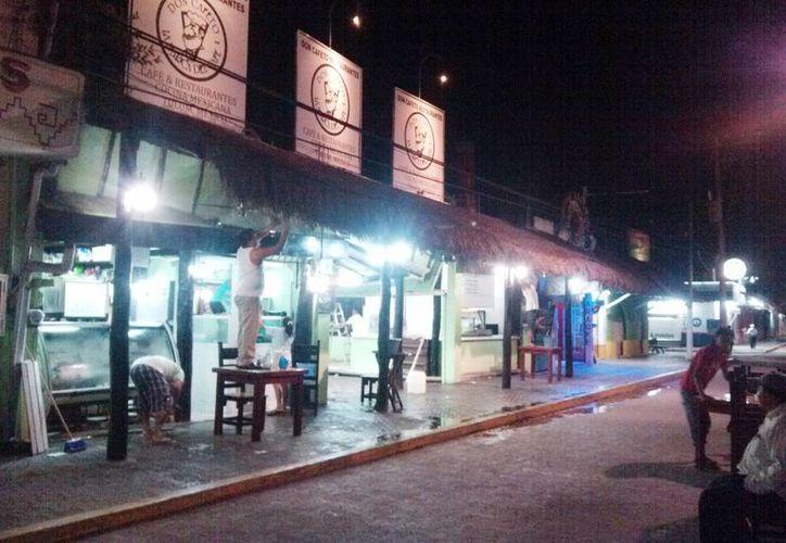 "Momento en que desmantelan el restaurante ""Don Cafeto"". (Rossy López/SIPSE)"