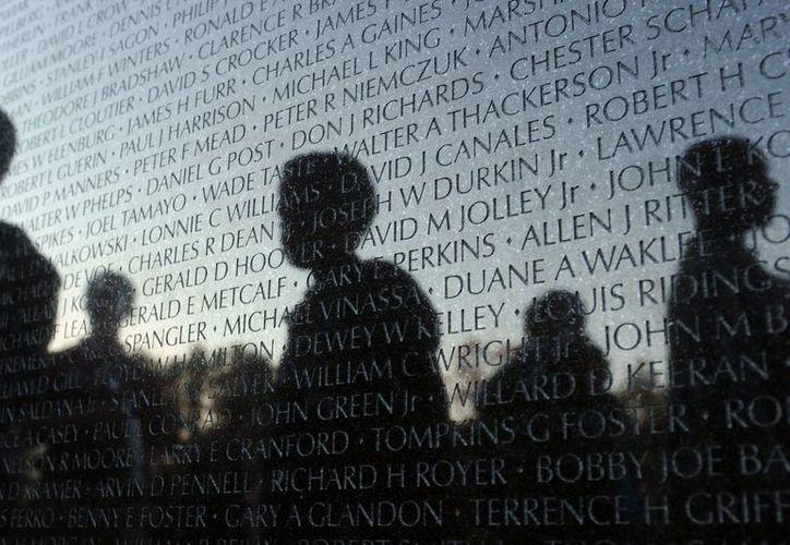 La silueta de varios visitantes al Monumento a los Veteranos de Vietnam. (EFE/Archivo)