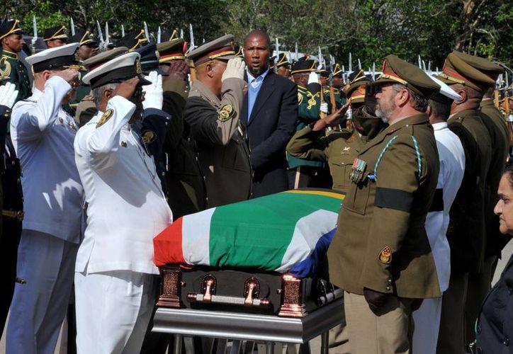 La solemne ceremonia militar en honor a Mandela fue transmitida en cadena nacional a todo Sudáfrica. (Agencias)