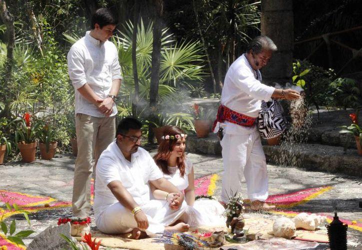 Ayer se llevó a cabo una ceremonia maya en Xcaret, donde Roark fue el padrino. (Andrea Aponte/SIPSE)