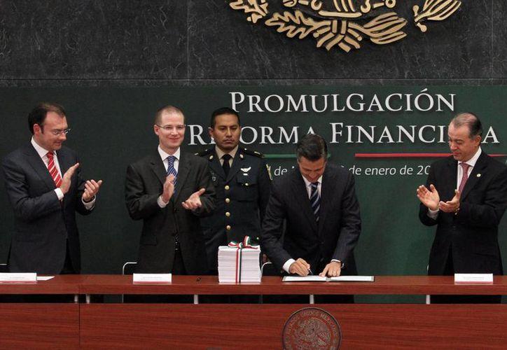 El presidente Enrique Peña Nieto, este jueves durante la promulgación de la Reforma Financiera, que este viernes fue publicada en el Diario Oficial de la Federación. (Notimex)