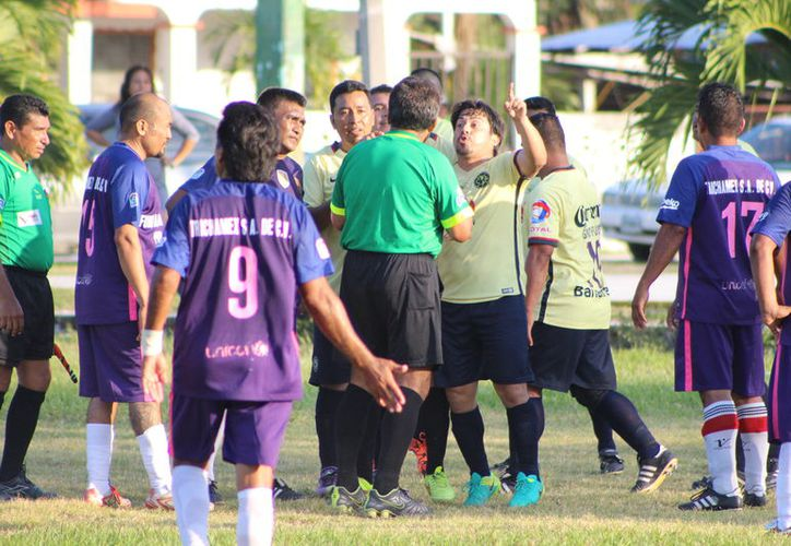 En Chetumal existen cerca de cien árbitros divididos en cinco colegios y se encargan de sancionar en las diferentes Ligas del municipio. (Miguel Maldonado/SIPSE)