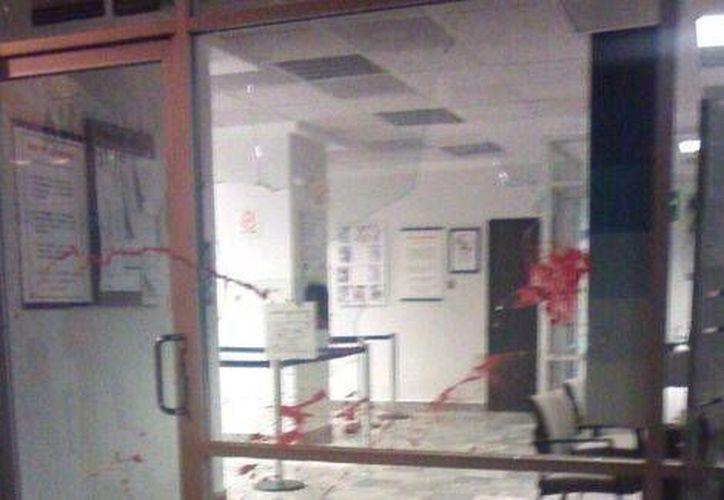 Un grupo de pobladores comenzó el ataque contra la presidencia municipal de Axochiapan y las oficinas del DIF. (Milenio)