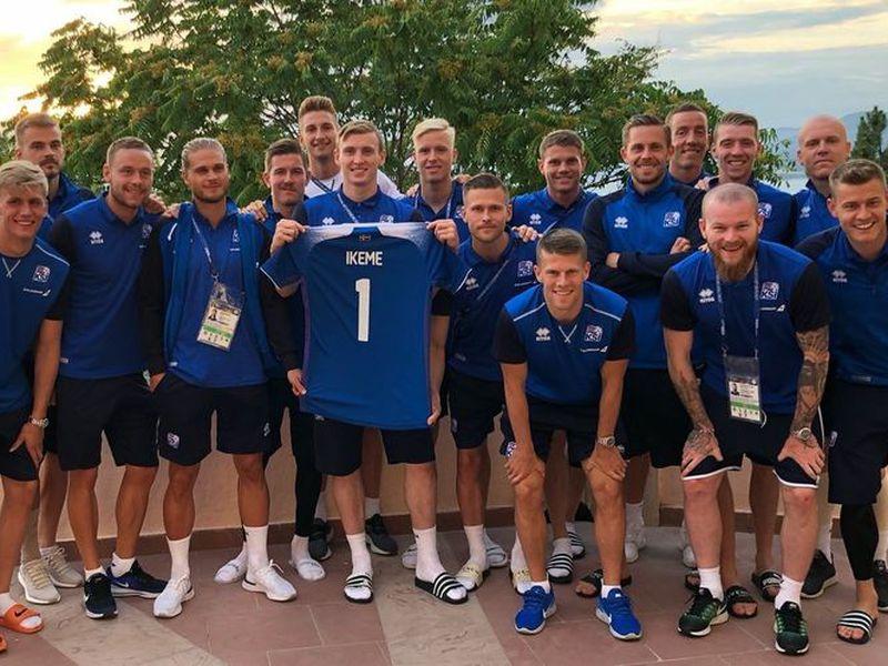Jugadores de Islandia demostraron su apoyo al portero nigeriano Carl Ikeme, que era titular y se perdió el Mundial por leucemia (Foto: Twitter @JonDadi)
