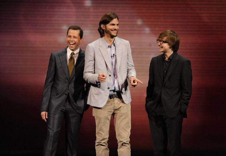 Ashton Kutcher (c) llegó al programa en 2011. (Agencias)