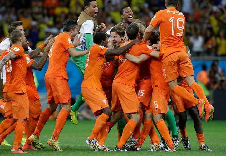 La Selección de Holanda pasó por segunda vez consecutiva en una fase final de la Copa del Mundo a semifinales. Enfrentará a Argentina que, sin duda, será local en Brasil. (AP)