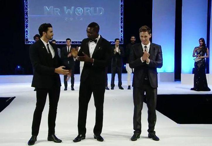 Minor (i) quedó por debajo de Dane Nicklas, de Dinamarca (d) y el nigeriano Emmanuel Ifeanyi, quienes ocuparon el primero y segundo lugar, respectivamente. (Facebook/Mr. World-México)