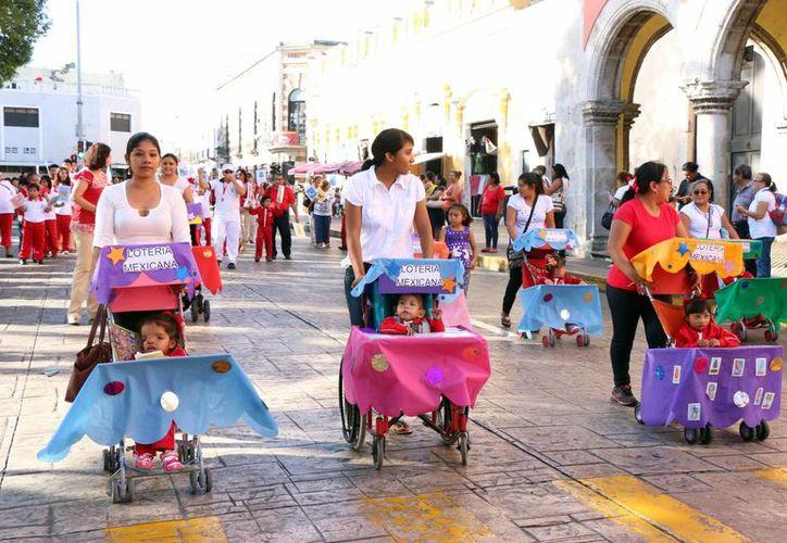 Los niños de los Centros de Atención Múltiple desfilaron acompañados de sus padres, caracterizados con personajes referentes a la Revolución y a las costumbres mexicanas. (José Acosta/SIPSE)