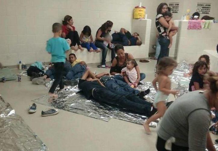Foto cedida por el representante demócrata en Texas, Henry Cuellar, que muestra el centro donde se alojan jóvenes y niños indocumentados en San Antonio, Texas. (EFE)