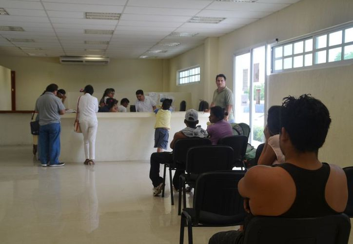 Los ciudadanos que esperan su turno para presentar su demanda en el Ministerio Publico. (Yenny Gaona/SIPSE)