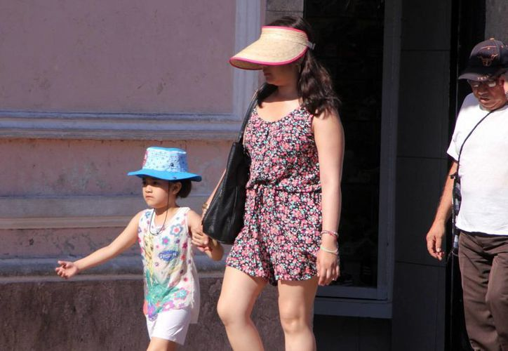 En estos días de temperaturas muy calurosas se recomienda protegerse de los rayos del sol. (José Acosta/SIPSE)