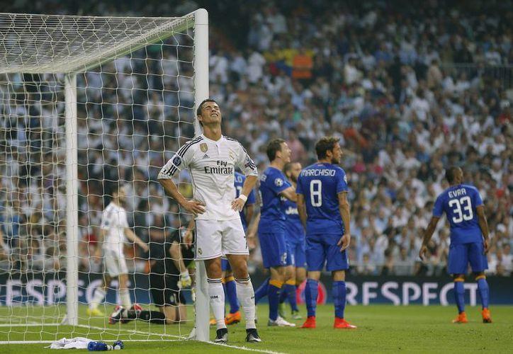 Cristiano Ronaldo no pudo cargar con el equipo. (Foto: AP)