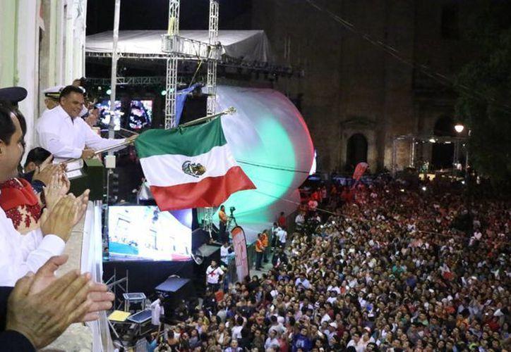 El Gobernador Rolando Zapata celebra la Independencia de México desde el balcón del Palacio de Gobierno. (José Acosta/SIPSE)