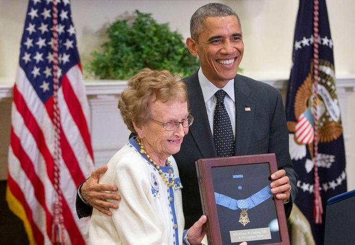 Helen Loring Ensign, de 85 años, recibió del presidente Barack Obama la Medalla al Valor, otorgada al teniente del Ejército de la Unión, Alonzo H. Cushing, este 6 de noviembre de 2014, en la Casa Blanca. (Foto: AP)