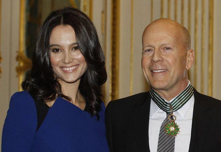 El actor Bruce Willis posa para la prensa francesa con su esposa Emma Heming. (Agencias)