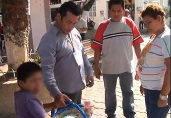 Autoridades de la Comisión Nacional de Derechos Humanos presenciaron la devolución del menor a su madre. (Agencias)