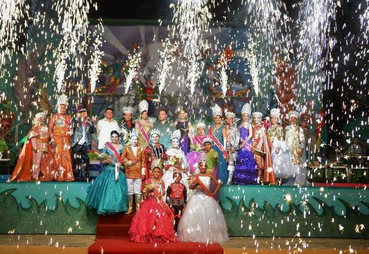 Los soberanos del carnaval contagiaron con su alegría a todas las familias que asistieron a presenciar su coronación. (Gustavo Villegas/SIPSE)