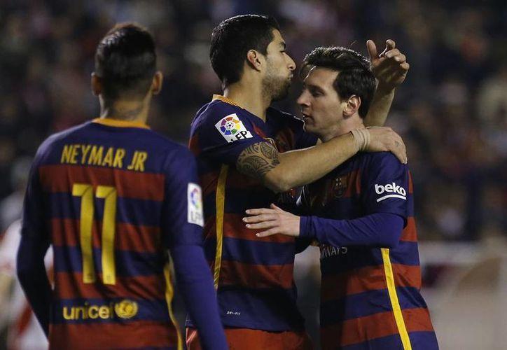 Con un triplete de Lionel Messi, el Barcelona consiguió una nueva victoria para seguir firme en la cima de la liga española al vencer al Rayo Vallecano 5-1(Imágenes AP)