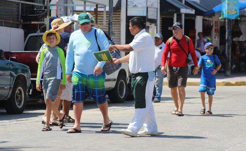 Invitan a los paseantes a degustar delicias de la gastronomía costera. (Gerardo Keb/Novedades Yucatán)