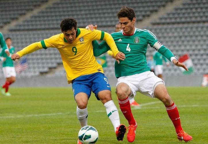 Vinicius Vasconcelos Araujo, de Brasil, disputa un balón con Antonio Briseno Vazquez, de México, durante el encuentro disputado este viernes. (AP)