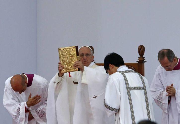 El Papa durante una ceremonia en el Castillo Haemi, en Corea del Sur. El Santo Padre trata de mejorar las relaciones entre la Iglesia Católica y algunos países asiáticos. (Foto: AP)