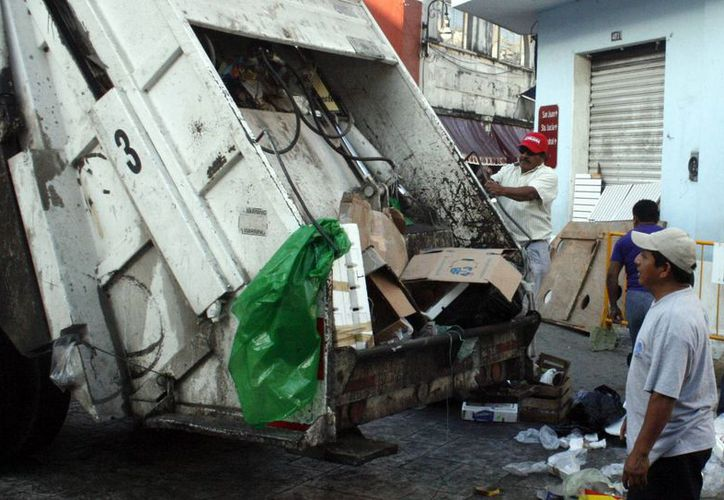 Los trabajadores carecen equipo adecuado para realizar su labor de recolección de basura en Mérida. (Milenio Novedades)