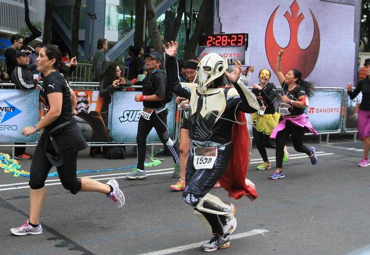"""Se realizó la primera carrera temática de la exitosa franquicia de Star Wars, en la ciudad de México, bajo el nombre de """"Star Wars Run"""" en donde los participantes corrieron vestidos como los personajes de la saga cinematográfica. (Notimex)"""
