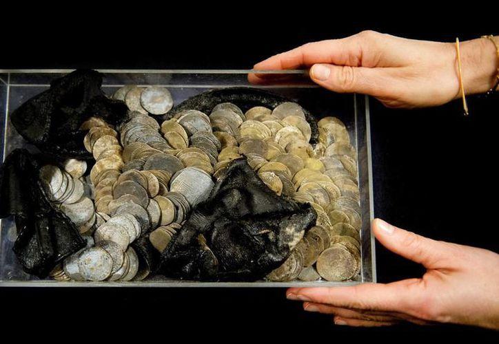 Vista de varias de las 477 monedas de plata antiguas encontradas durante una excavación arqueológica en Rotterdam. (EFE)