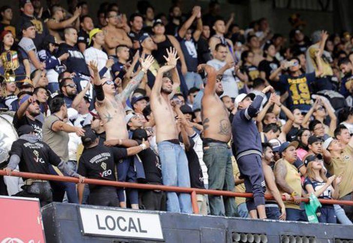 La afición universitaria agredió a una familia dentro del Estadio Corregidora. (Imago7).