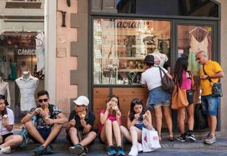 Florencia prohibió a los turistas comer en la calle e impondrá multas de hasta 500 euros. (Foto: Twitter)