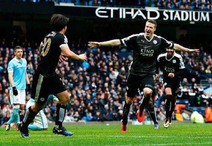 El líder de la Premier venció al City con  un doblete de Robert Huth y una anotación Riyad Mahrez, para continuar una semana más en la cima del futbol inglés. (EFE)