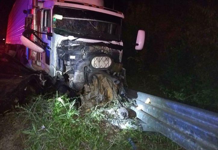 Una van que se dirigía a Playa del Carmen, se impactó contra un tráiler, dejando varios heridos y muertos. (Foto: Redacción)