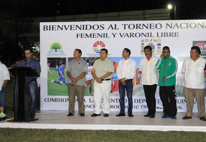 Autoridades y organizadores en la presentación del evento deportivo. (Raúl Caballero/SIPSE)