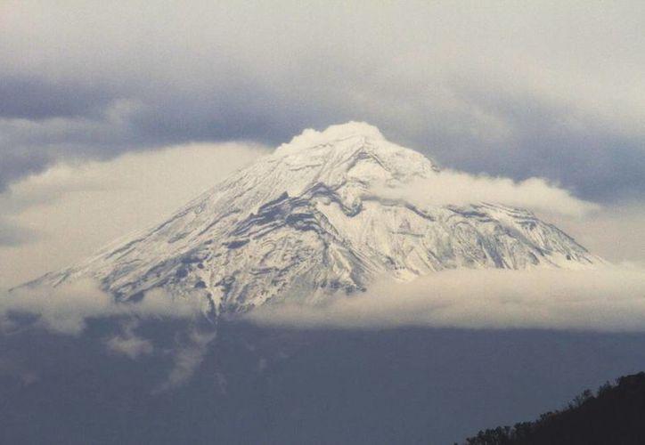 Ante la actividad del Popocatépetl, el Cenapred exhorta a las autoridades a mantener el radio de seguridad de 12 kilómetros, para evitar que la gente se acerque al volcán. (Notimex)