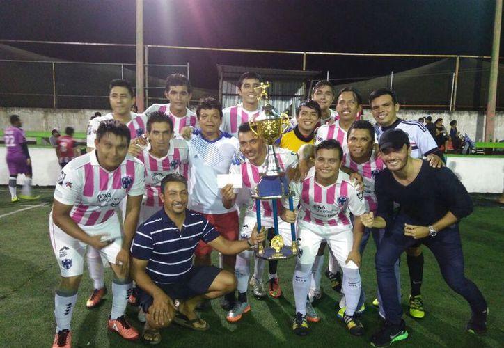 Los campeones festejaron luego de recibir el trofeo de monarcas, tras imponerse a Coppel por apretado marcador. (Miguel Maldonado/SIPSE)