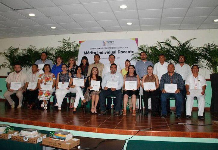 El Gobierno entregó premios a maestros como parte del concurso Mérito Individual Docente. (Cortesía)