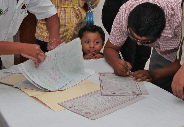 Entregan certificados de nacimiento extemporáneos a 27 niños cozumeleños. (Gustavo Villegas/SIPSE)