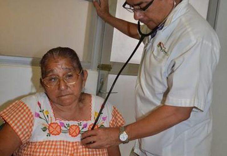 Brindan atención médica a las personas de la tercera edad. (Redacción/SIPSE)