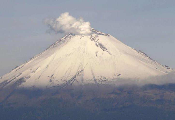 La mañana de este domingo se observó al volcán con una emisión de vapor de agua y gas en dirección al oeste. (Archivo/Notimex)