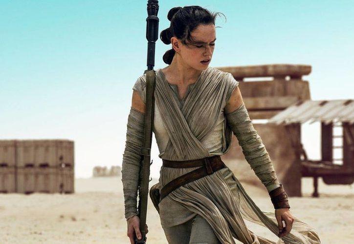 La actriz Daisy Ridley saltó a la fama por su reciente papel de Rey en 'Star Wars:The Force Awakens', uno de los personajes más entrañables de la cinta. (Imagen tomada de moviepilot.com)