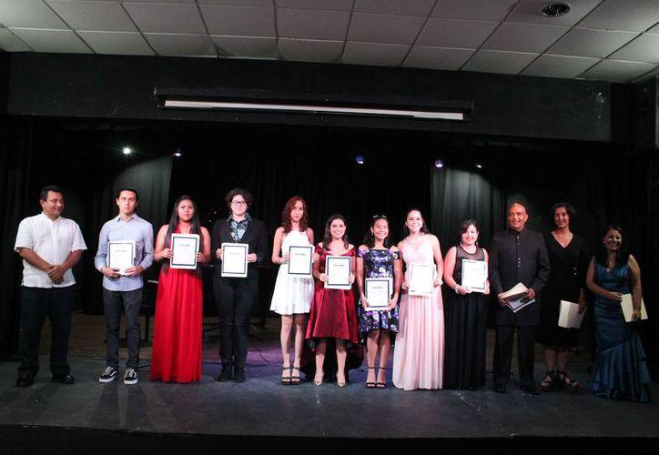 Los alumnos recibieron constancia de participación. (Faride Cetina/SIPSE)