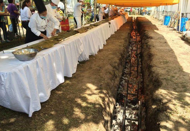 En la preparación del tamal más largo del mundo intervinieron unas 80 personas. (Notimex)