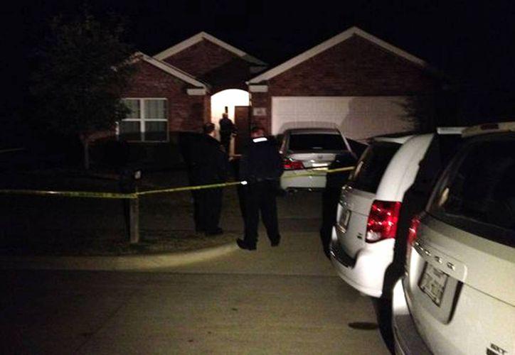 Esta imagen proporcionada por WFAA-TV muestra a los agentes que llegaron a la casa donde fueron encontrados los cuerpos sin vida de cuatro personas. (Agencias)