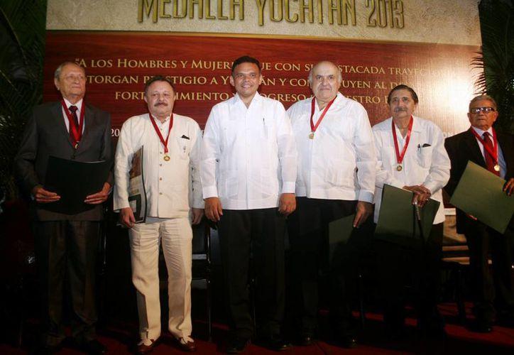 Los galardonados recibieron de manos del Gobernador la Medalla Yucatán 2013. (Milenio Novedades)