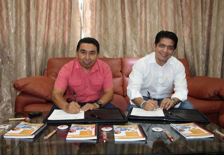 El presidente municipal, Luciano Sima Cab; y el vicerrector de la Universidad del Sur plantel Cancún, Diego Méndez Lau, firmaron un convenio para ofrecer becas en el municipio. (Raúl Balam/SIPSE)