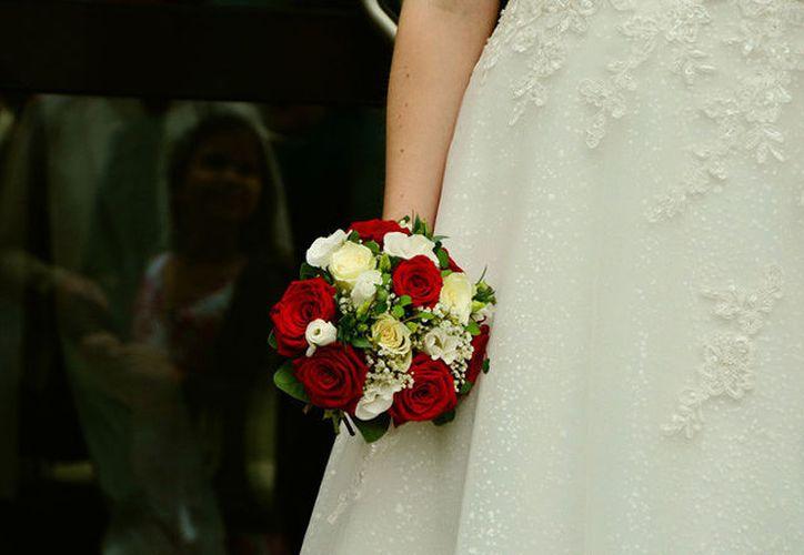 Los nuevos suegros de la mujer ya no la aceptan como esposa de su hijo. (RT)