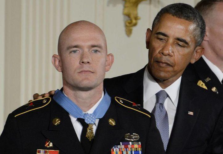 El presidente estadounidense Barack Obama con el sargento Ty M. Carter. (EFE)