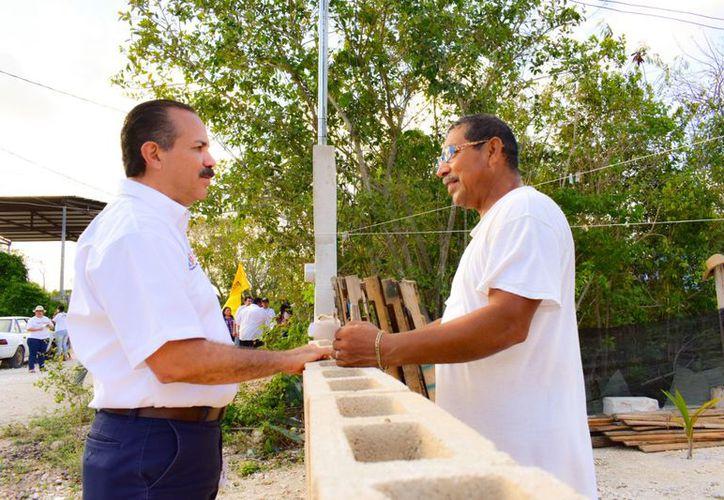 El candidato al Senado de Por Quintana Roo al Frente, Julián Ricalde, visitó el municipio de Puerto Morelos. (Redacción)