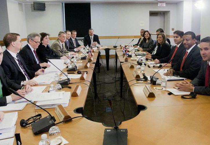 Aspecto de la reunión que sostuvieron este viernes las delegaciones de Estados Unidos y Cuba, en Washington, D.C. (Foto: AP)